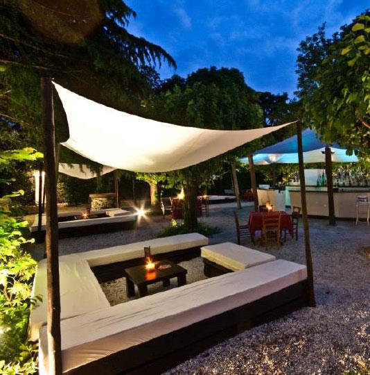 Piscina locale con piscina e locale lounge con piscina e for Cena in piscina