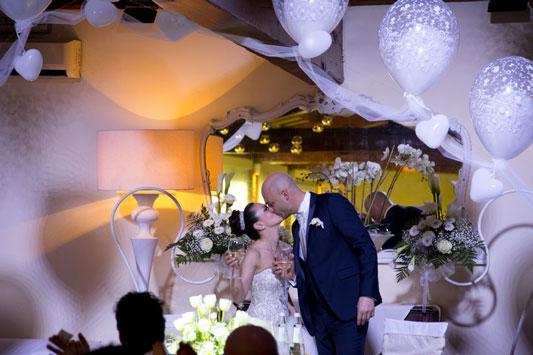 Bacio e brindisi degli sposi