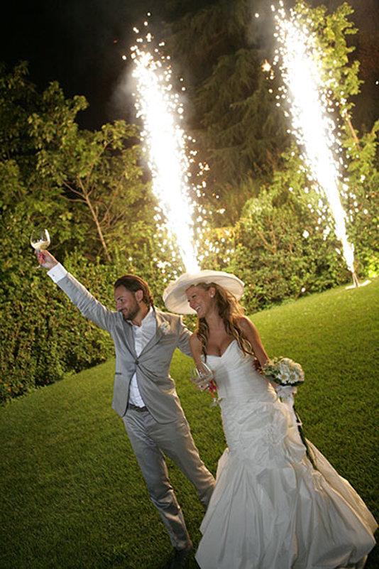 calice alzato e fuochi d artificio sposi