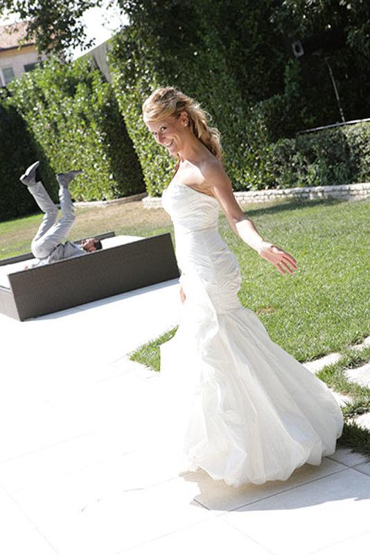 la sposa a braccia aperte in giardino