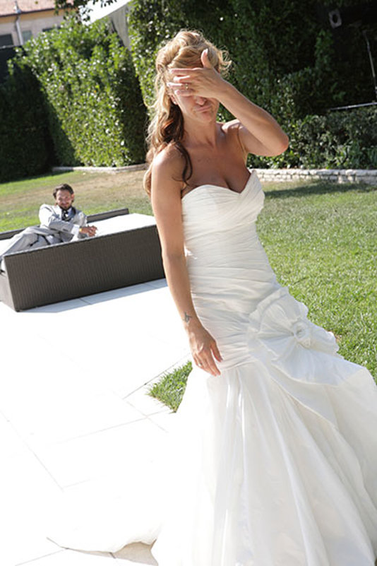 la sposa imbroncianta lo sposo sul divano