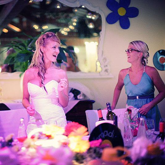 la sposa scherza con un amica al tavolo buffet