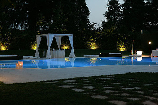 serale piscina e gazebo illuminati da luci soffuse