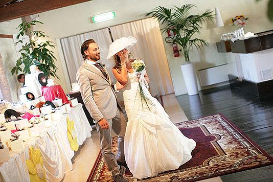 sposa con bouquet nella mano commossa