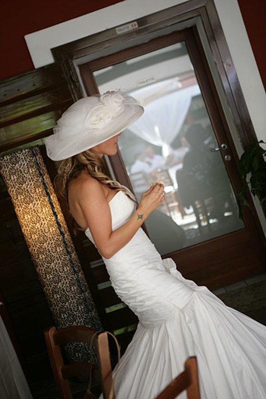 sposa in attesa con cappello bianco