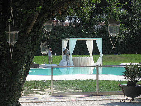 sposi bacio sotto il gazebo a bordo piscina