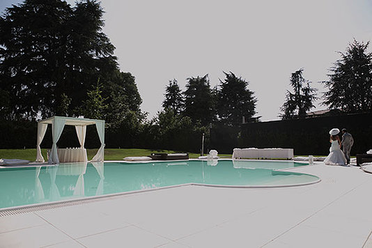 veduta della piscina e gazebo con gli sposi passeg