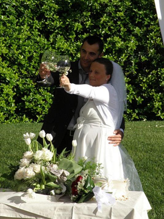 brindisi congiunto in giardino tra gli sposi