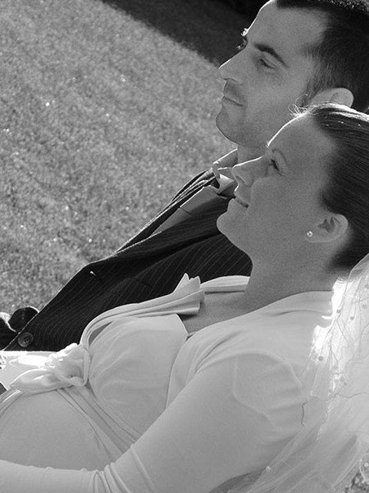 sposa e sposo seduti vicini bianco e nero