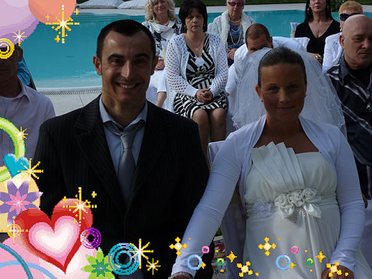 sposa tiene la mano dello sposo bordo piscina