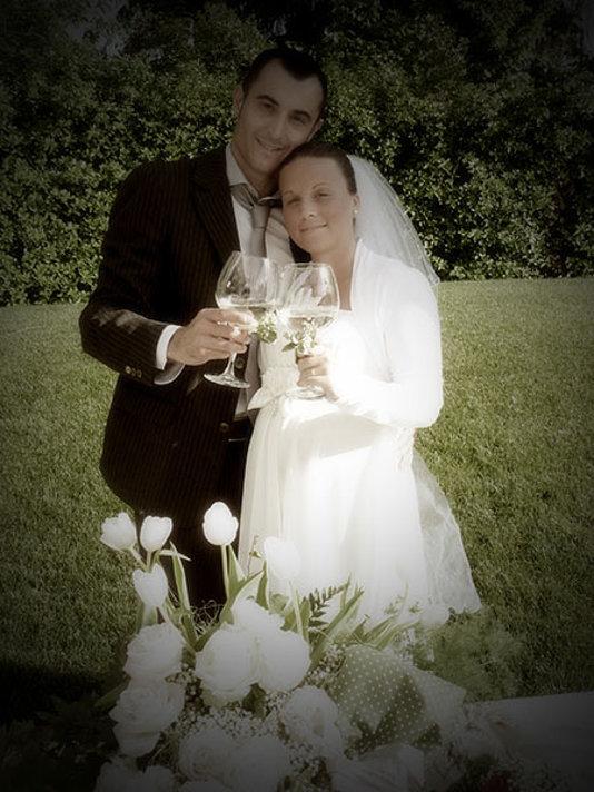 sposi brindano in giardino matrimonio