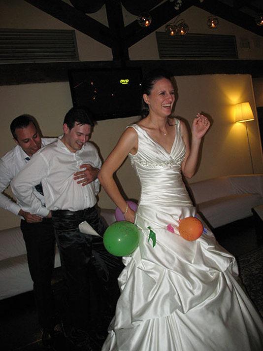 la sposa cinta da palloncini festeggia il matrimon