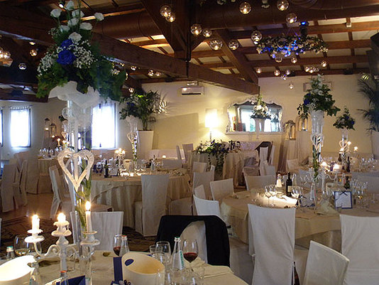 sala da pranzo addobbata per matrimonio
