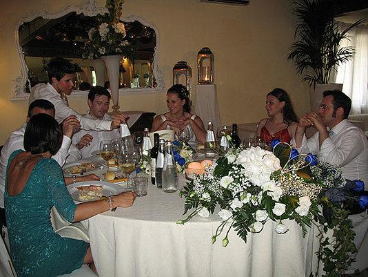 sposi e invitati al banchetto nuziale