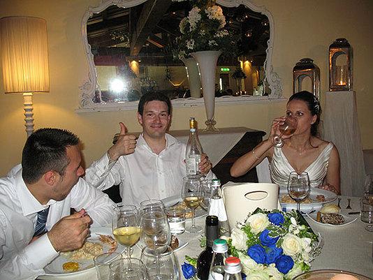 sposi seduti al tavolo pranzo di nozze