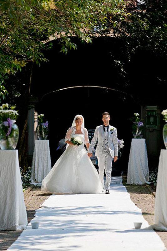 entrata sposi sul tappeto bianco mano nella mano