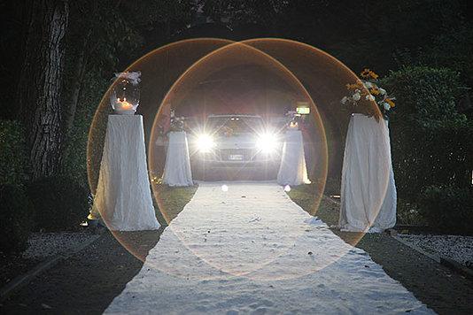 ingresso limousine con gli sposi su tappeto bianco