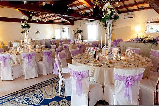 sala da pranzo per matrimonio decorata con fiocchi