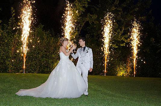 sposi in giardino alzano i calici tra fontane d ar