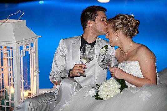 sposo bacia sulla fronte la sposa seduti bordo pis