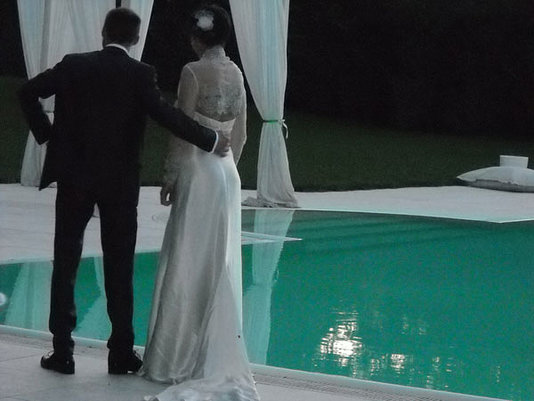 gli sposi davanti alla piscina