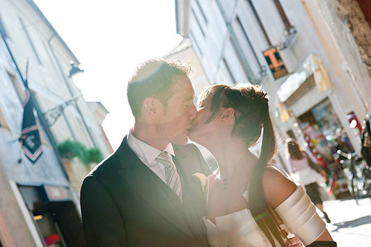 bacio romantico sposi