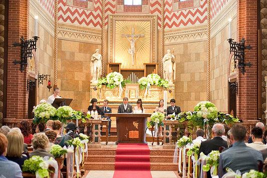 chiesa addobbata a nozze
