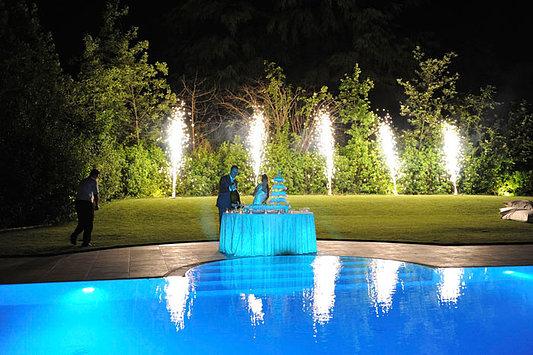 sposi apertura spumante piscina notte