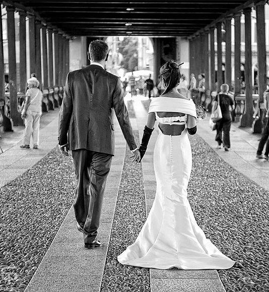 sposi camminando sul ponte di Bassano