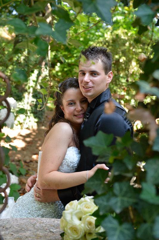 abbraccio sposi nel verde