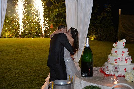 bacio appassionato sposi giardino