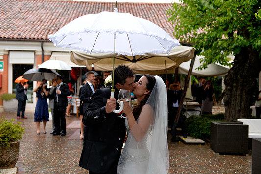 bacio bagnato degli sposi