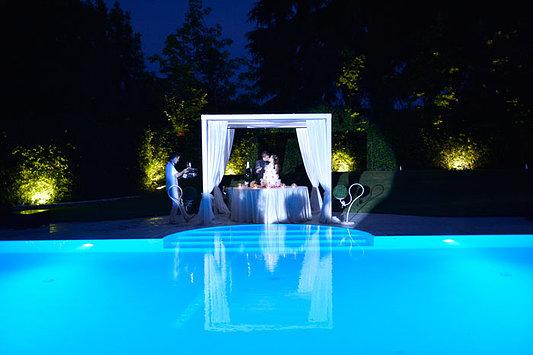 bacio degli sposi in piscina alla sera