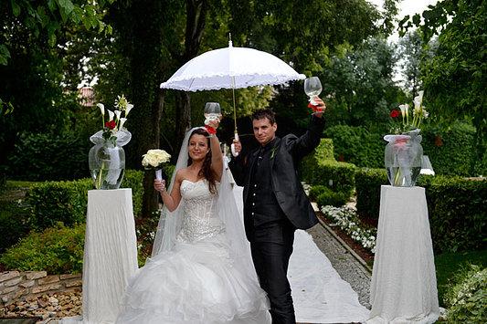 Brindisi degli sposi sotto la pioggia