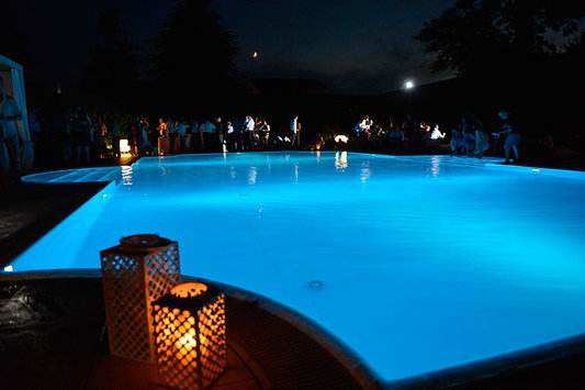 la piscina con gli ospiti