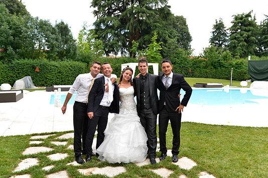 sposi con gli amici in piscina