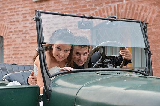 sposi nella auto d epoca
