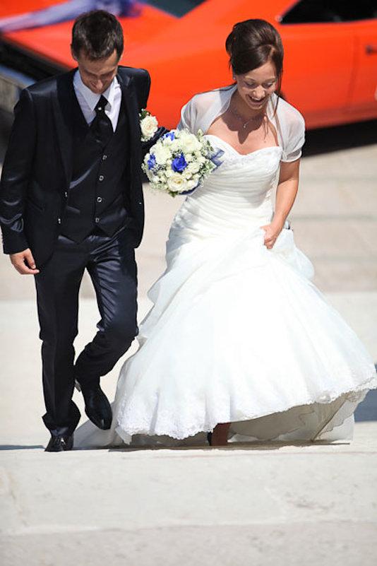 sposi salgono gradini chiesa