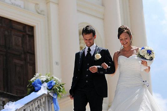 sposi scendono gradini chiesa