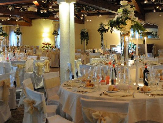 il ristorante pronto in attesa degli invitati