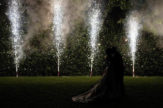 bacio romantico sotto le fontane di fuoco