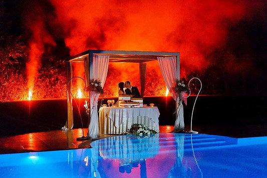 Il bacio degli sposi in piscina