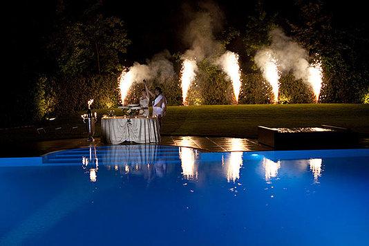 sposi a bordo piscina esultano tra i fuochi artifi